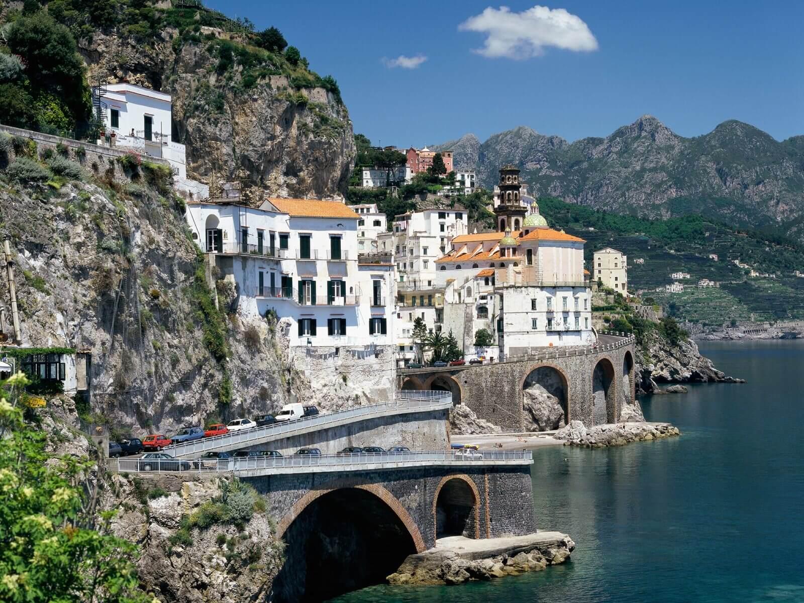 Découvrez la Côte amalfitaine, une côte rocheuse incroyablement belle et très populaire en Italie